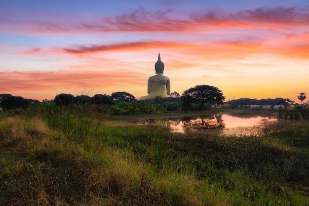 Большой будда в ват муанг в популярном буддийском храме провинции анг тонг в таиланде.