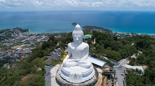 산 꼭대기에 큰 불상 공중 보기 태국 푸켓에서 드론 사진입니다.