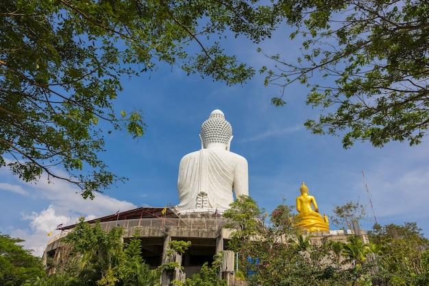 Белая статуя большого будды. большой будда пхукет - одна из достопримечательностей пхукета, таиланд.