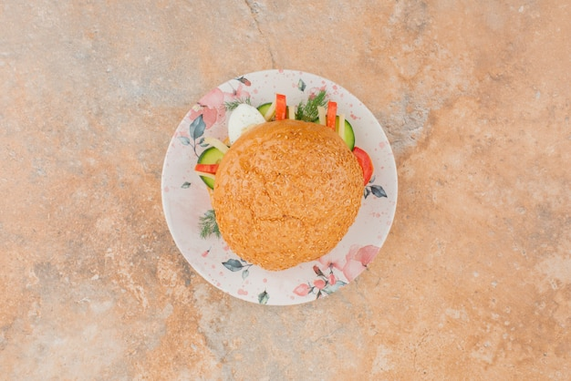きゅうりと卵の大きなハンバーガー。