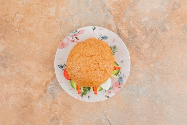 Grande hamburger con cetriolo e uovo.