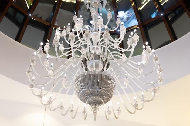 大きなシャンデリアと壁の白い照明。高品質の写真