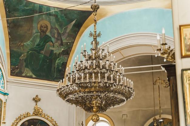 교회의 큰 샹들리에