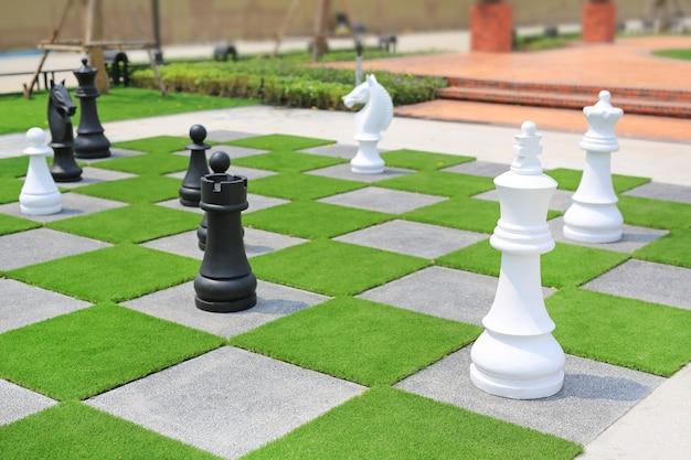 庭で装飾的な大きなチェスの駒