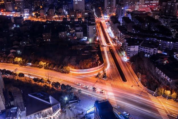 Большой город в ночное время с автомобилями