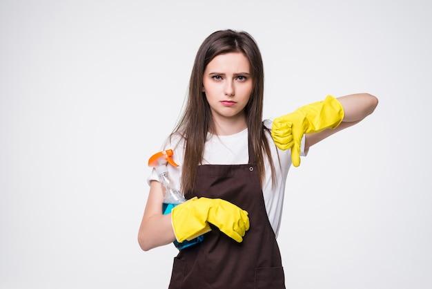 Большое время уборки. современная домохозяйка с резиновыми перчатками, кухонной губкой и бутылкой моющего средства показывает палец вниз, изолированные