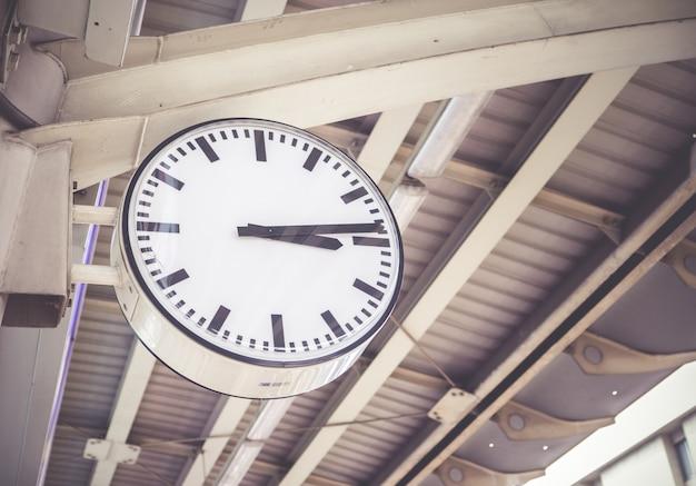 Большие часы на посту на транспортной станции