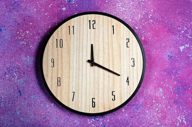 컬러 벽에 걸려 있는 큰 시계