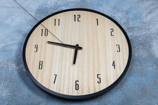Большие часы, висящие на цветной стене