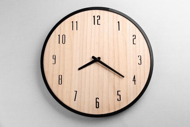 밝은 벽에 걸려 있는 큰 시계