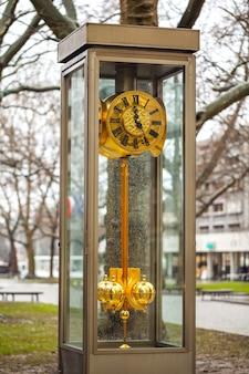 通り、ドレスデン、ザクセン、ドイツの大時計。