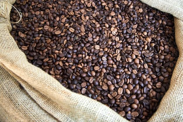 焙煎したコーヒー豆を詰めた大きな布バッグ