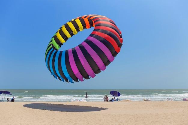 Большой красочный воздушный змей на пляже в таиланде