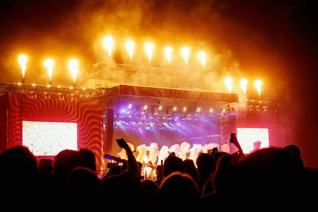 野外音楽祭での火の生産を伴う大きなコンサートステージ
