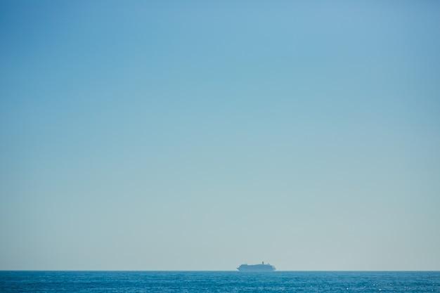 몬테네그로 근처 아드리아 해에서 큰 유람선