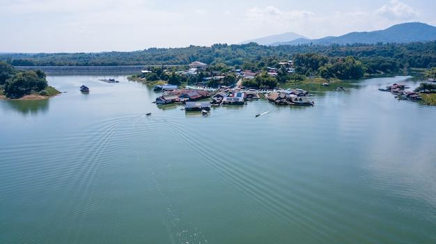 Большая плотина с лодки