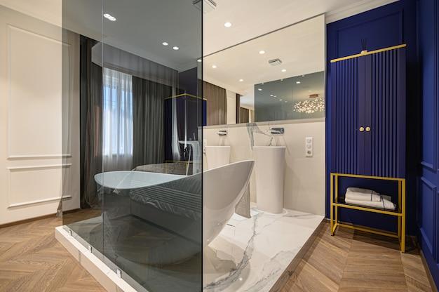 Большая роскошная элегантная классическая спальня с ванной