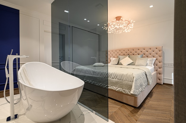Большая шикарная элегантная классическая спальня с ванной