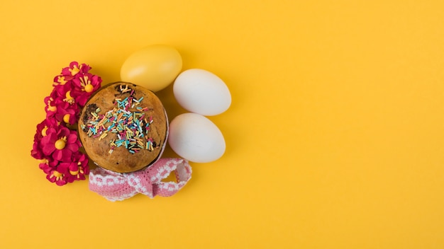 계란과 꽃을 가진 큰 부활절 케이크