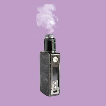 Большие электронные сигареты с дымом, изолированные на цветном фоне.