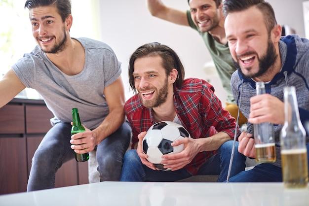 サッカーの試合を見ながらの大きな感情