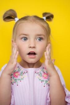 大きな目、とても美しい女児、驚きと恐怖、手