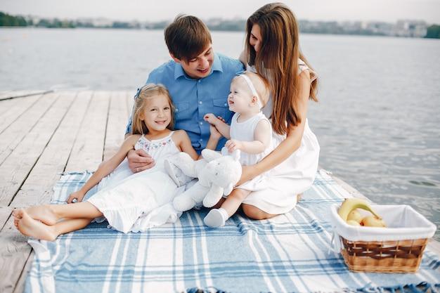 호수 근처에 큰 가족