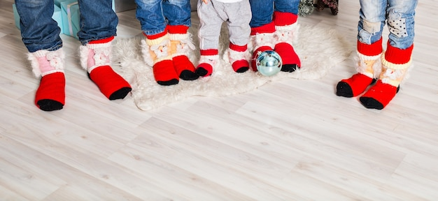 크리스마스 양말을 신은 아버지, 어머니, 자매, 형제, 아기의 대가족