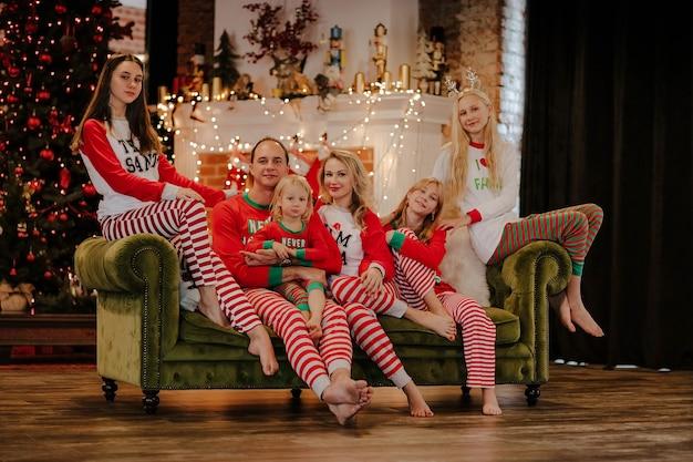 Большая семья из шести человек в рождественской пижаме