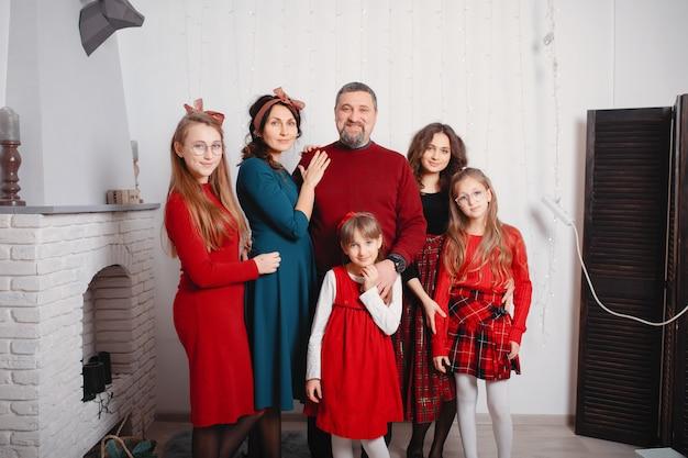 Большая семья с четырьмя дочерьми проводит время дома