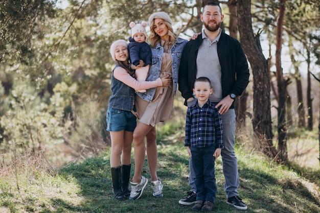 Большая семья с детьми вместе в лесу