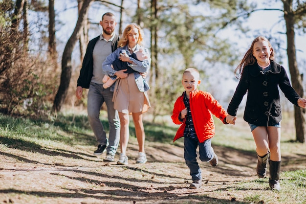 森の中で子供たちと一緒に大家族