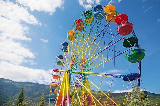 Большое колесо обозрения на фоне голубого неба