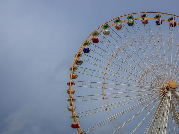 큰 관람차 세부 사항 놀이 공원에서 복고풍 모양의 관람차
