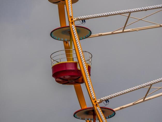 Большая деталь колеса обозрения колесо обозрения в стиле ретро в парке развлечений