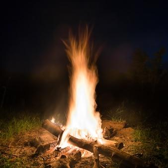 Большой огонь в оранжевом костре ночью