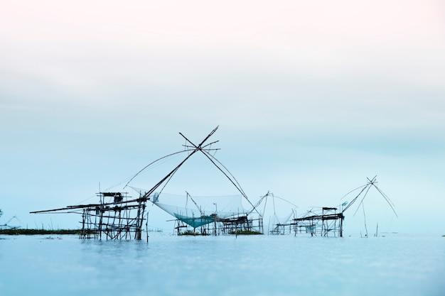 Поднятие больших рыболовных сетей сельских жителей в провинции пхатталунг, таиланд.