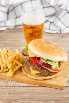 Большой свежий гамбургер с бокалом пива