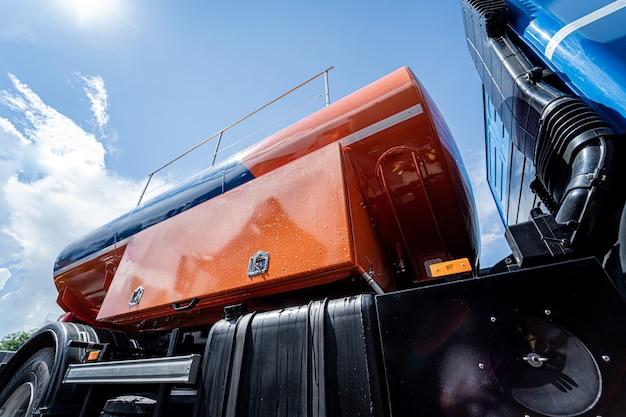 青空の背景に大きな燃料タンクローリー