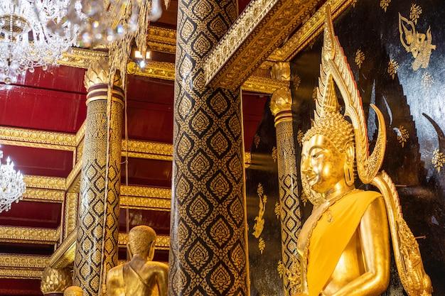 Большой золотой образ будды в храме