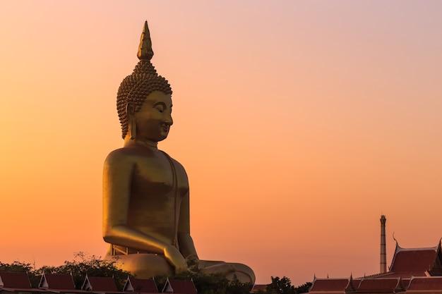 Большая золотая статуя будды в таиланде