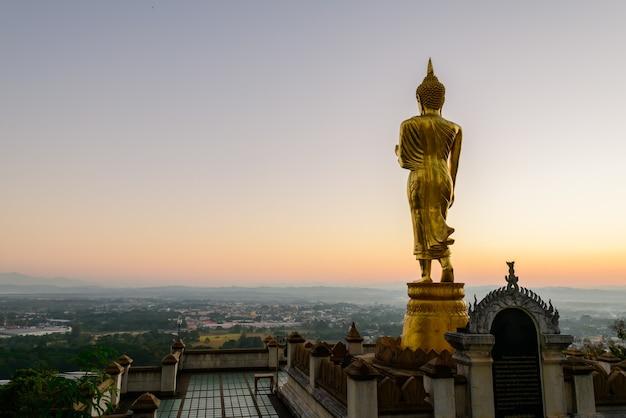 Большая золотая статуя будды, стоящая в ват пхра тхат као ной утром в провинции нан, таиланд