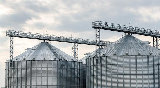 Большие силосы зерна на ферме