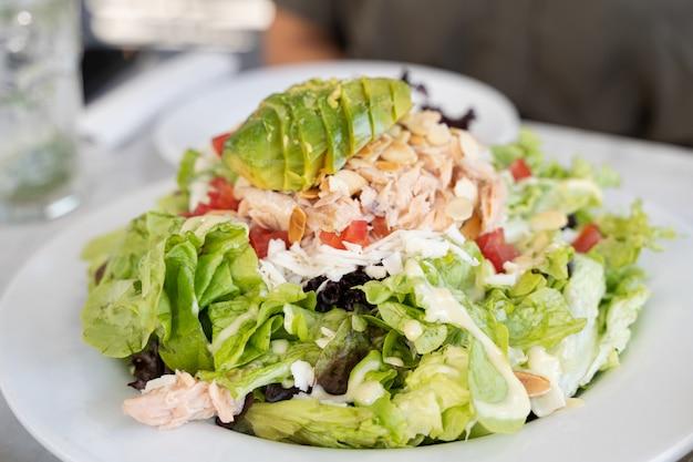 Большой зеленый салат с тунцом, авокадо и помидорами концепция меню здорового вегетарианского питания
