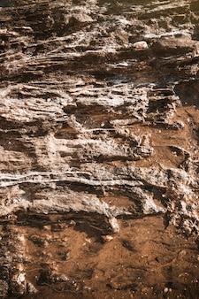 절벽의 큰 회색 바위