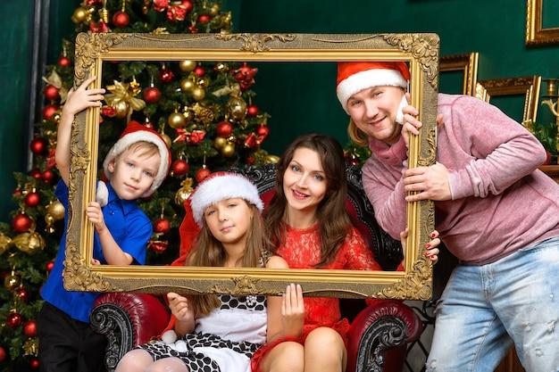 大きな幸せの家族の家はクリスマスを祝う