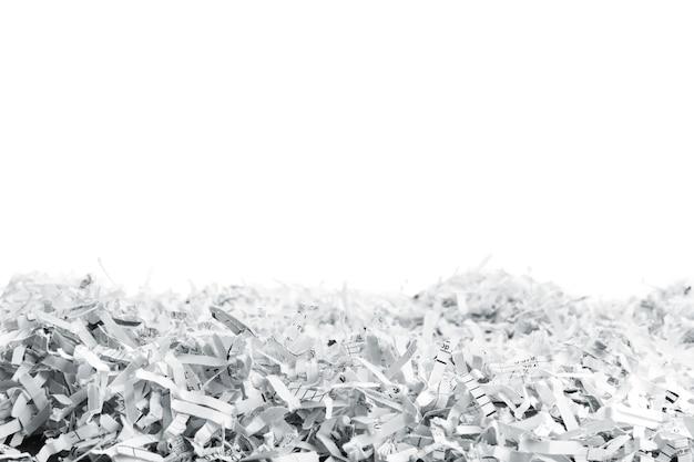흰색에 고립 된 흰색 파쇄 된 종이의 큰 더미