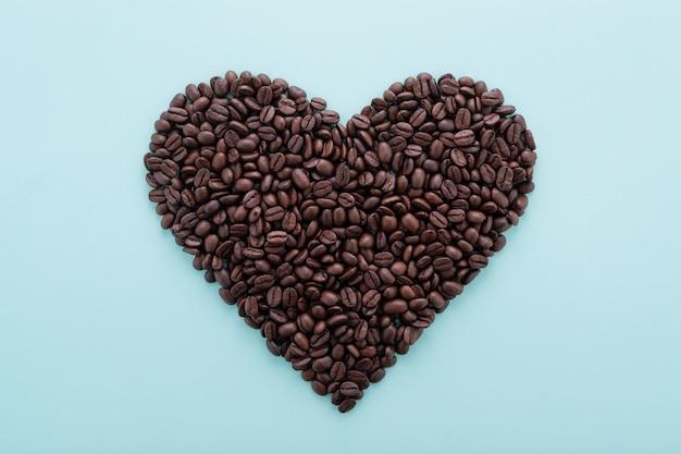 Большая форма сердца из кофейных зерен