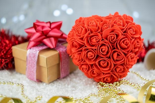 깜짝 선물 상자가있는 장미의 큰 심장 모양의 기념품과 발렌타인 데이 휴가를위한 리본 골드 활