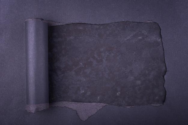 Большая дыра в черной бумаге. torn. бетонный фон. абстрактный фон